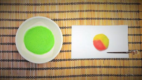 抹茶碗彩流もえぎと抹茶と和菓子の画像