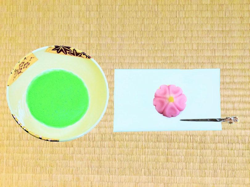 抹茶碗と和菓子桜の画像