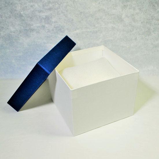 茶碗をウレタンに包んで化粧箱に入れた画像