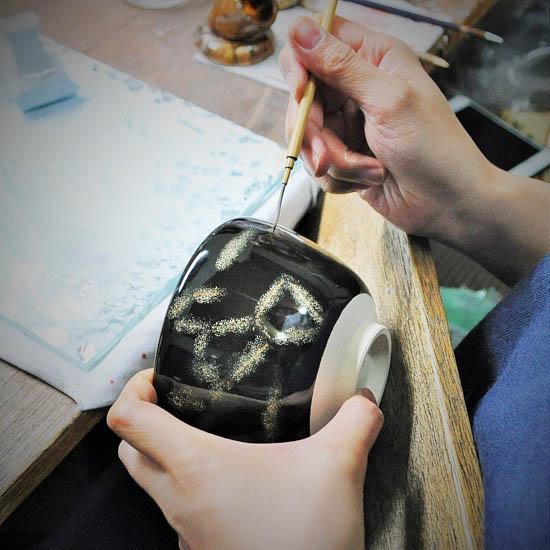抹茶碗オリオンを職人が絵付けする画像
