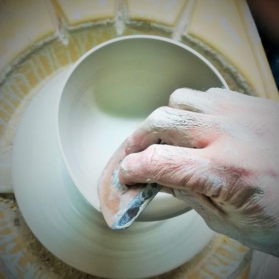 職人が茶碗のロクロ成形をしている画像