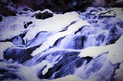 雪が溶けて泉が流れる画像