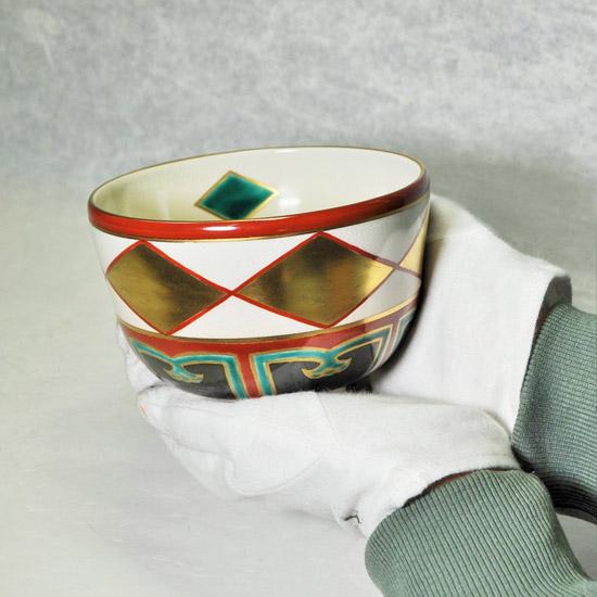 抹茶碗金菱を女性が両手で持つ画像