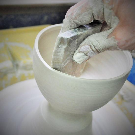 抹茶碗色絵立雛を職人がロクロ成形する画像