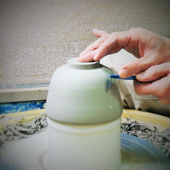 抹茶碗御本手桜にめじろの削り仕あげをするの画像