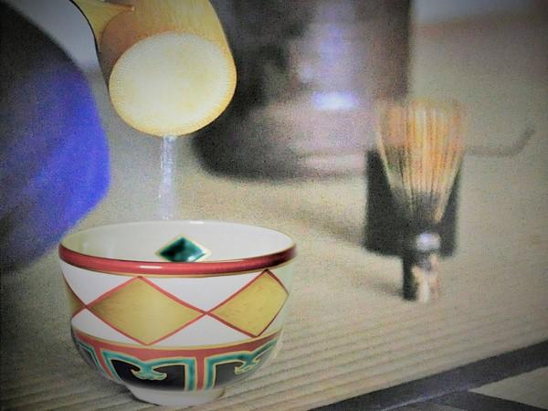 抹茶碗金菱で茶をたてている画像