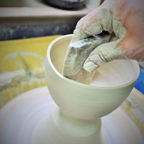 抹茶碗をロクロ成形している画像