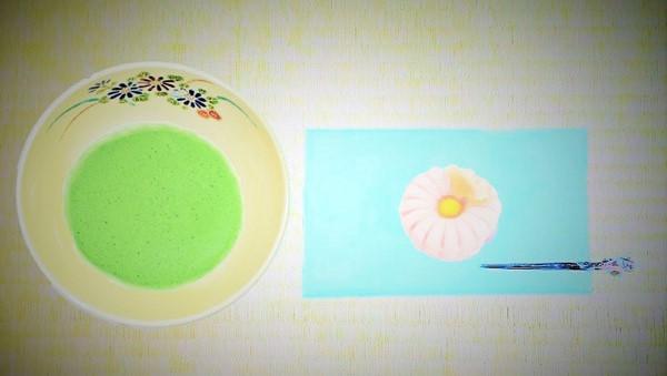 抹茶碗菊花と和菓子の画像