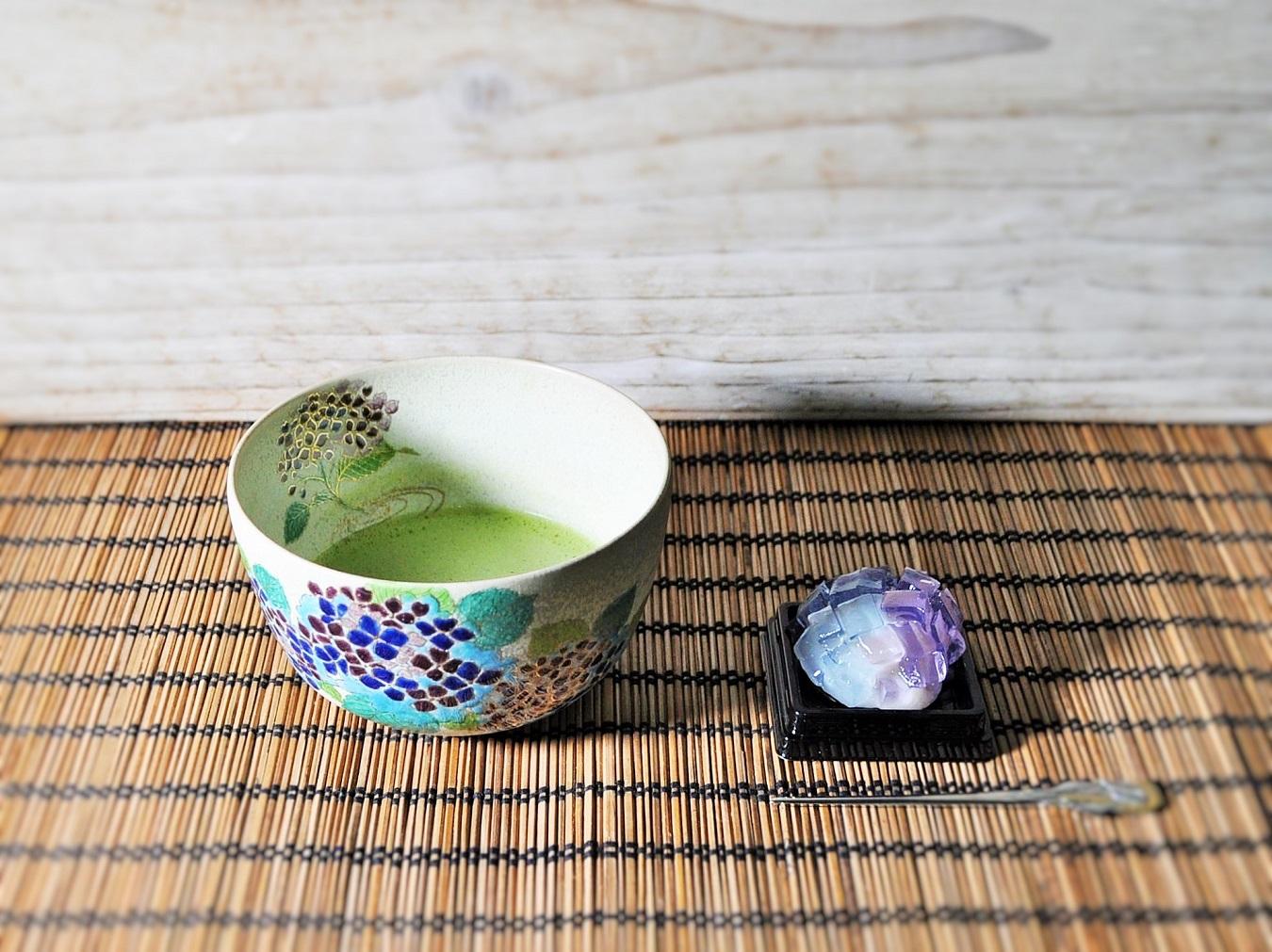 和菓子紫陽花を抹茶とともにいただく画像