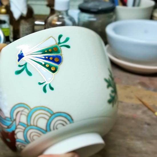 抹茶碗あまびえの貝殻を金描きしている画像