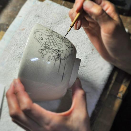 抹茶碗あまびえを墨で下描きしている画像