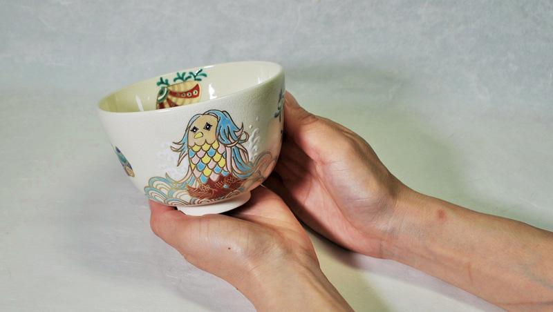 抹茶碗あまびえを女性が両手で持つ画像