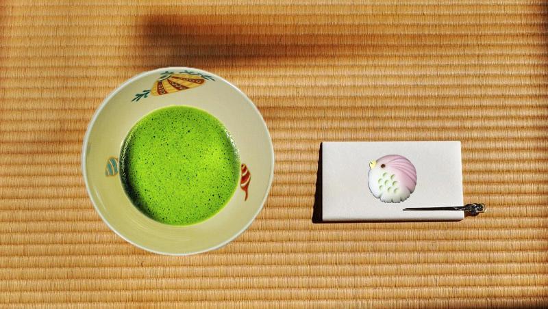 抹茶碗あまびえと抹茶碗とあまびえの和菓子の画像
