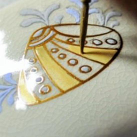 抹茶碗あまびえの内側の貝殻を絵付けしている画像