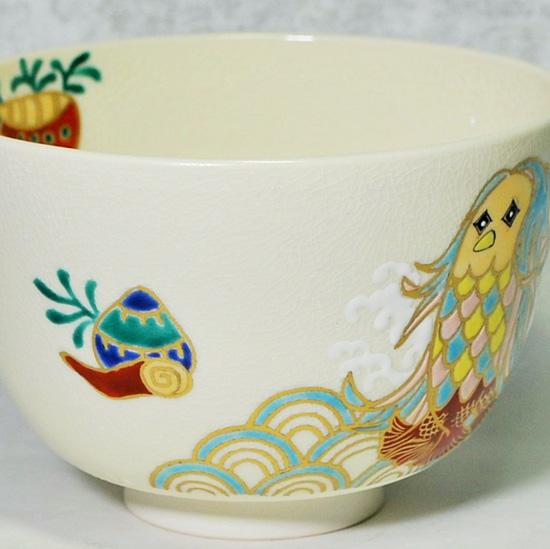 抹茶碗あまびえの右側の貝殻と青海波の絵の拡大画像