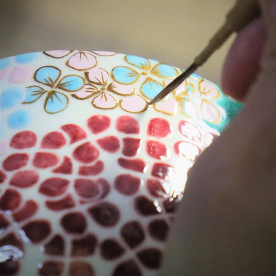 抹茶碗あじさいの金描きをしている画像